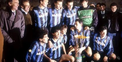 Milano (Italia),29-11-1989   DFP/Liverani EnricoInter-Sampdoria 0-2 Supercoppa di LegaFesteggiamenti InterFoto gruppo giocatori Inter con Presidente Pellegrini e coppa
